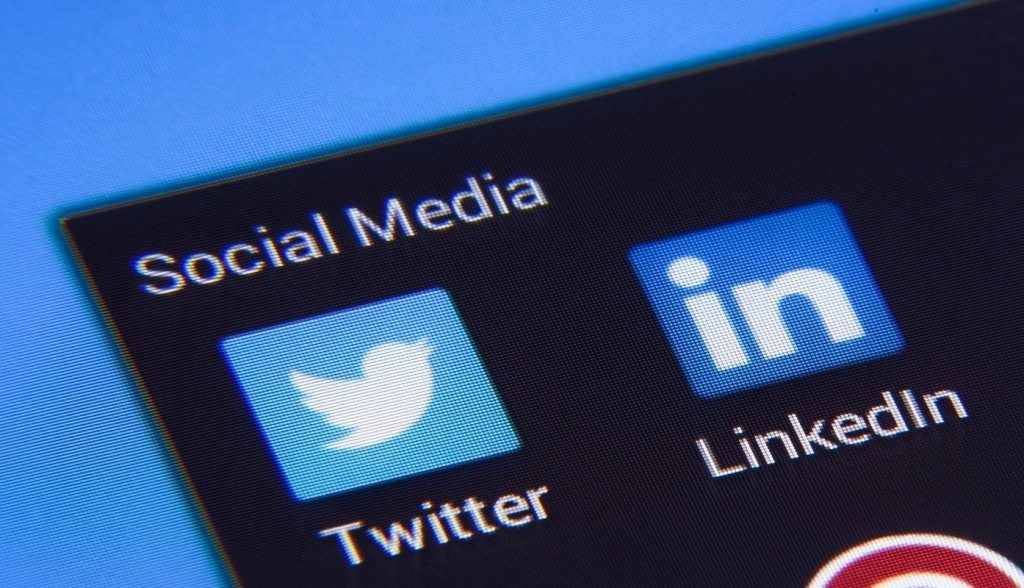How to add a Twitter link to your LinkedIn Profile